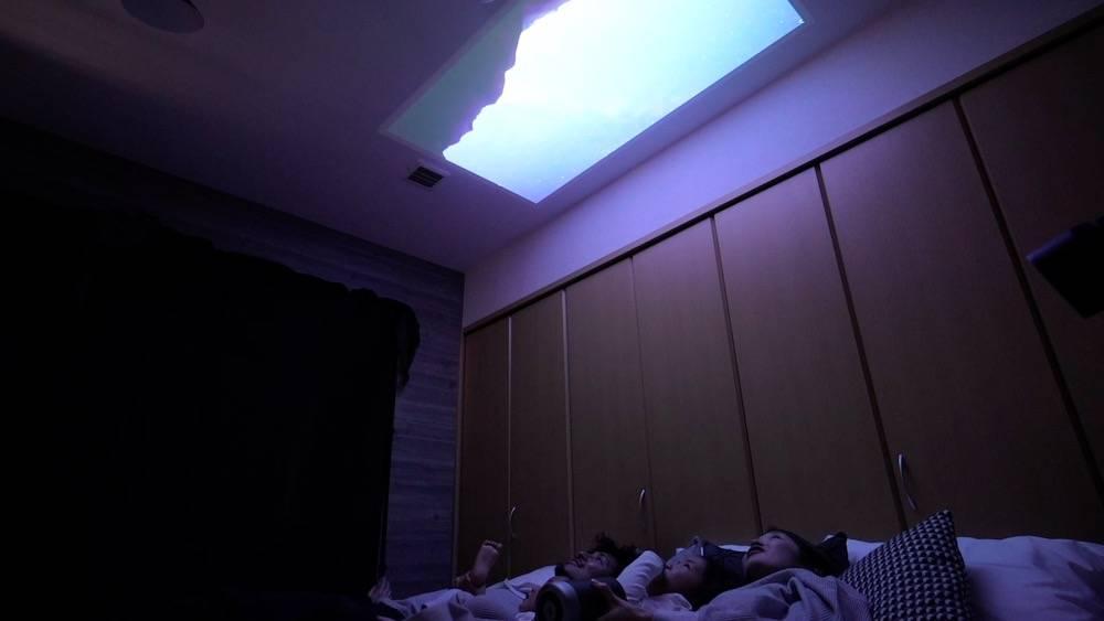 寝室の天井に映し出して、ベッドに寝ながら映画を楽しむこともできます